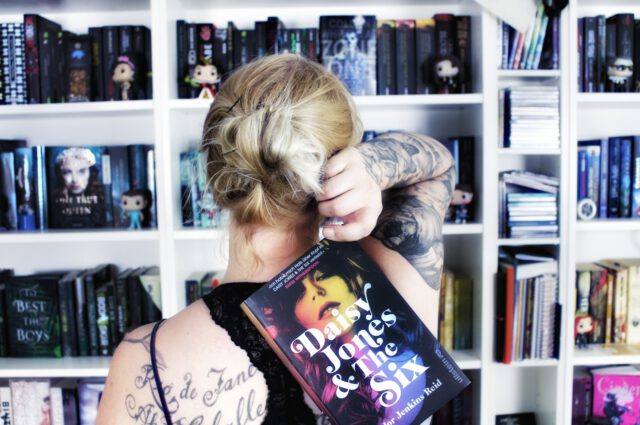 Rezension | Daisy Jones and The Six von Taylor Jenkins Reid